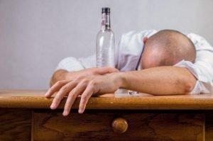 La chimica dell'hangover: da cosa sono causati i postumi di una sbornia?