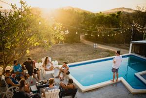 Il fenomeno del cocktail party – come riconoscere la voce che ci interessa in mezzo al trambusto.